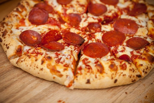 cách làm bánh pizza xúc xích