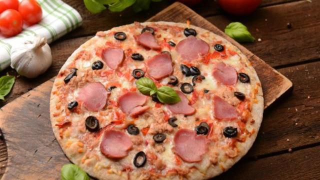 Bí quyết làm bánh pizza thịt nguội không cần lò nướng