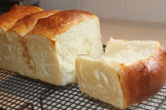 Cách làm bánh mì kem tươi hokkaido xốp mềm