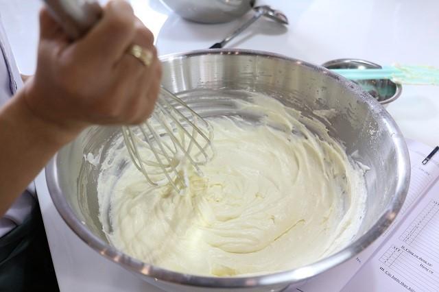 Cách làm kem trang trí bánh sinh nhật từ lòng trắng trứng gà