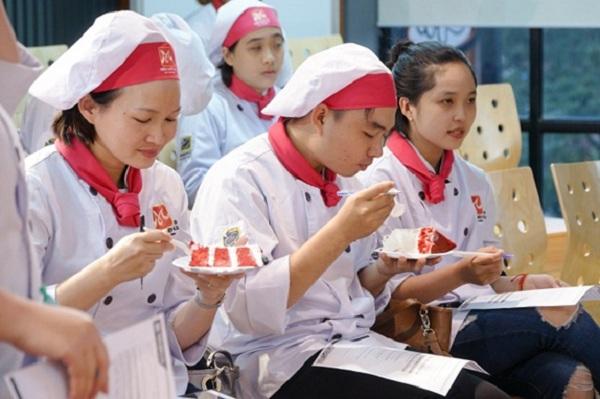 Các bạn học viên thưởng thức món bánh Red Velvet