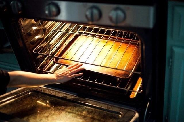 Bật lò và làm nóng lò trước khi bỏ bánh vào lò nướng