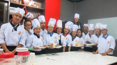 Chị Nguyệt (thứ 2 từ trái qua) trong một giờ học làm bánh tại HNAAu