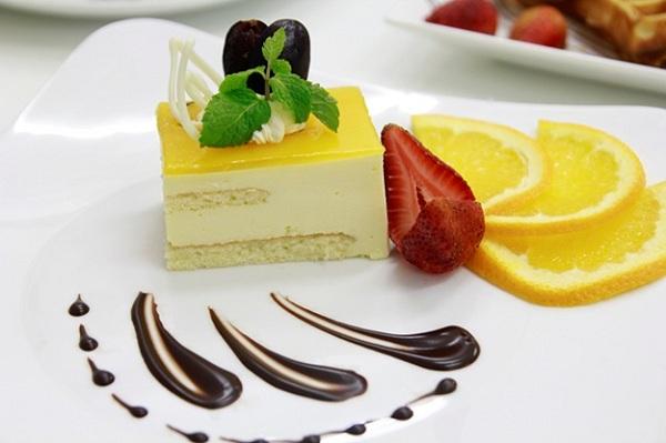 Sử dụng các loại trái cây tươi để trang trí bánh