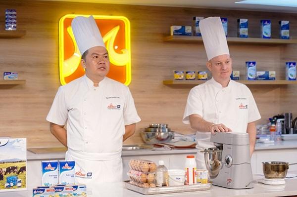 Hai chuyên gia làm bánh Anchor