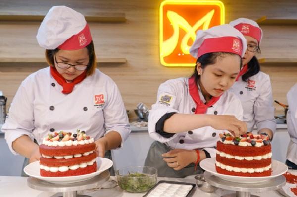 Các bạn học viên HNAAu trong giờ học làm bánh