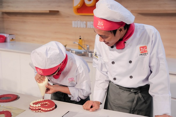 học viên tập trung làm bánh