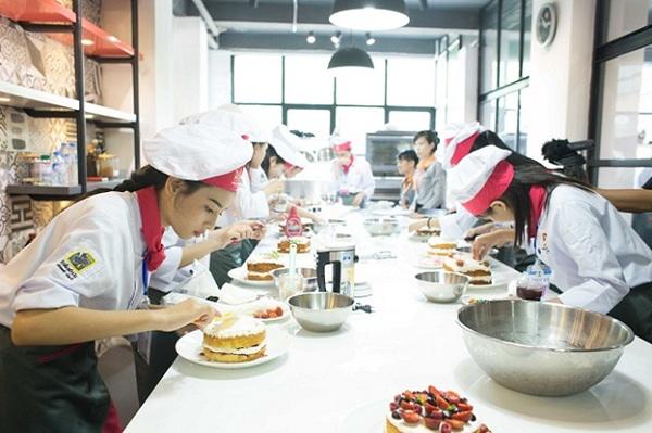 Nhiều bạn nữ lựa chọn học nghề làm bánh tại HNAAu
