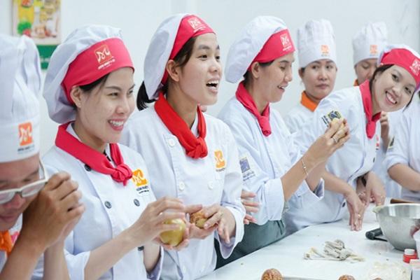 Nhiều bạn trẻ chọn học nghề làm bánh