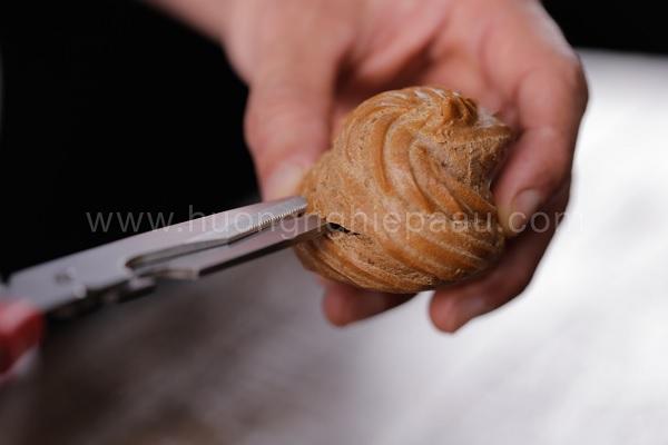 Rạch thân bánh để bơm kem