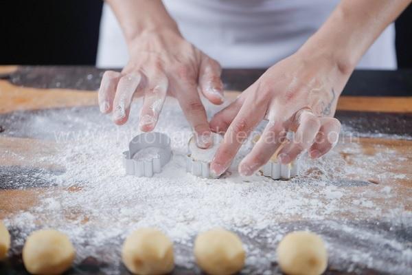 Tạo hình bánh dứa với khuôn