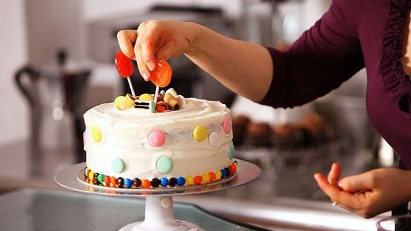 Trang trí bánh kem bằng kẹo mút