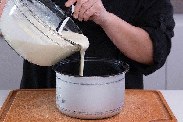 đổ bột bánh vào nồi cơm