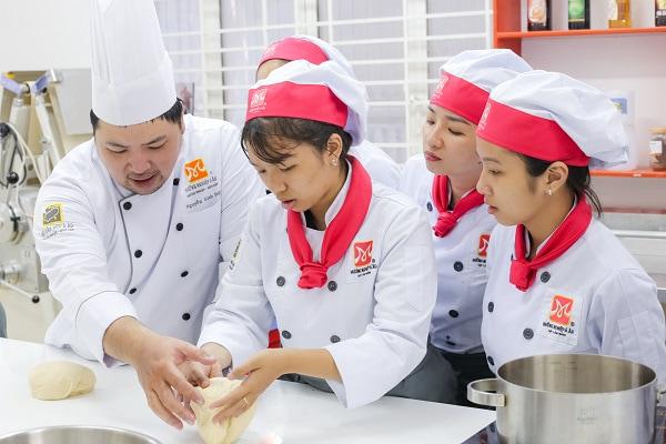 giảng viên hướng dẫn bánh Nhật