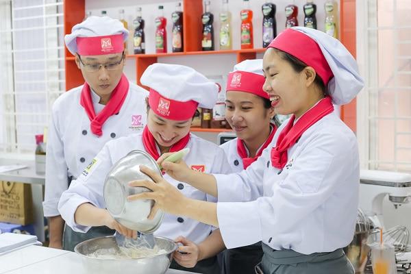 học viên thực hành lớp bánh Nhật